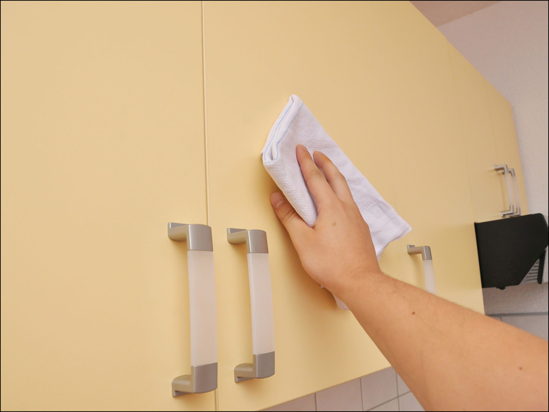 Best way to clean kitchen cabinets 11 homestuffedia for Best way to wash kitchen cabinets